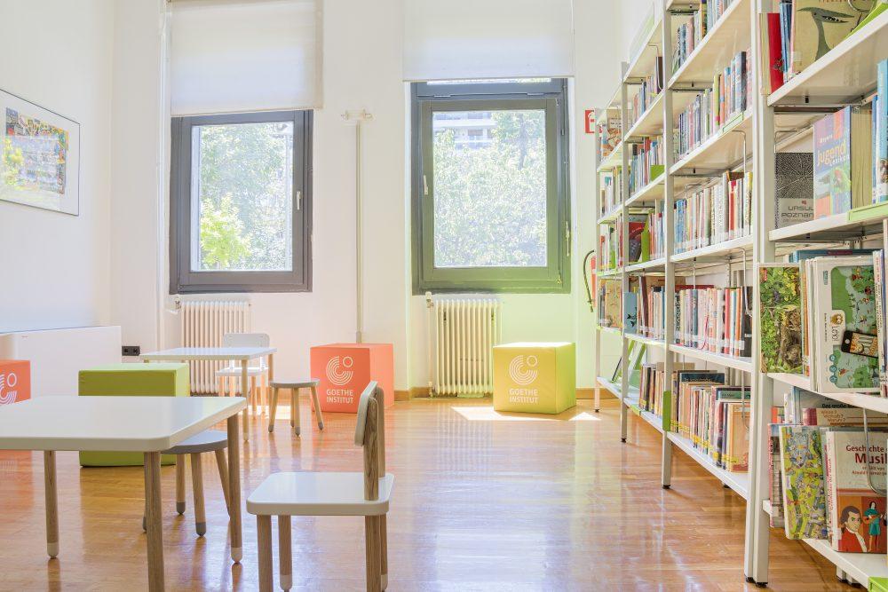 53aca021a6 Στη βιβλιοθήκη του Goethe-Institut Θεσσαλονίκης η οποία διαθέτει ένα ευρύ  φάσμα βιβλίων και πολυμέσων