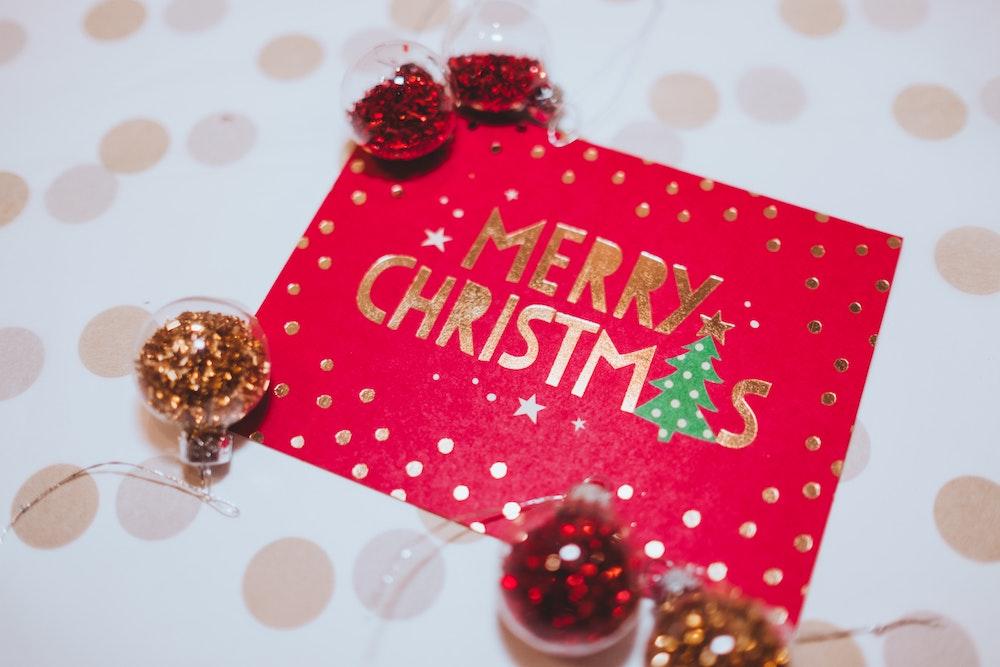Μαμά, μπαμπά, φέτος τα Χριστούγεννα θα στείλουμε κάρτες;