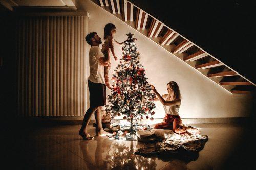 Τα Χριστούγεννα, είναι μία ακόμη ευκαιρία να γίνεις και πάλι παιδί, παρέα με τα υπόλοιπα παιδιά της οικογένειας. Βρες χρησιμες ιδέες για να περάσετε καλά!